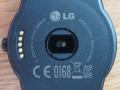 Bagsiden af G Watch R - bemærk hullet med reset-knappen øverst til venstre